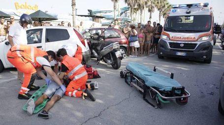 I soccorsi dopo l'incidente a Lido di Fermo (Foto Zeppilli)