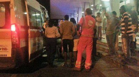 Operatori del 118 soccorrono la donna eritrea