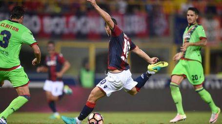Il tiro da 3 punti di Mattia Destro contro il Crotone (LaPresse/Massimo Paolone)