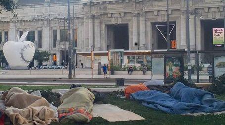 Persone accampate davanti alla stazione