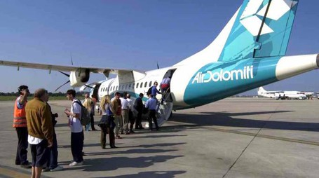 Passeggeri in attesa di salire sull'aereo all'aeroporto Sanzio (Foto Antic)