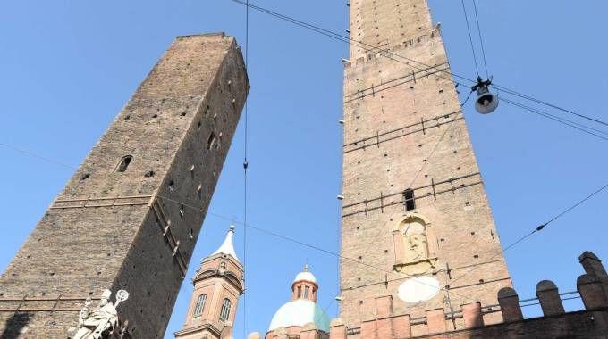 Due Torri a Bologna (foto Ansa). Un turista si è sentito male sulla Torre degli Asinelli