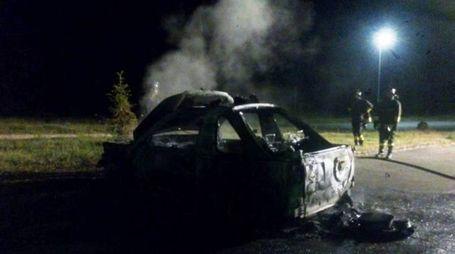 L'auto distrutta dalle fiamme (Fotocronache Germogli)