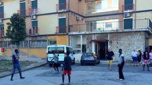 Partitella di riscaldamento per i primi profughi arrivati ieri all'ex Atleti di via dei Pensieri 50 (Foto Novi)