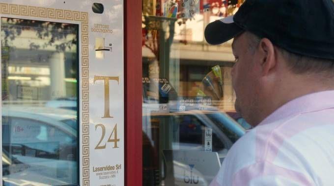DISTRIBUTORE Una macchina automatica per l'acquisto delle sigarette (foto di repertorio)