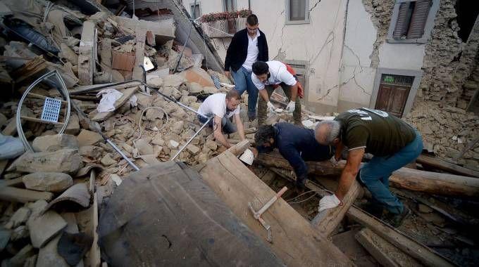 Terremoto, si scava tra le macerie ad Amatrice (Afp)