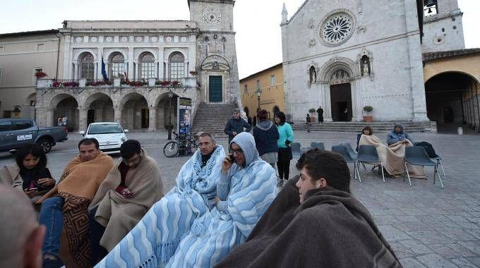 Gente in strada a Norcia (Ansa)
