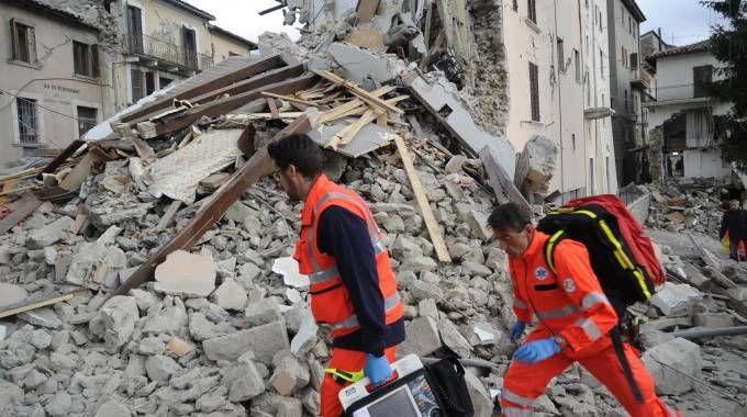 Terremoto, i soccorsi nella frazione di Arquata, nell'ascolano (foto Ansa)