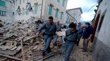 I soccorsi ad Amatrice, in provincia di Rieti, un paese distrutto dalle scosse