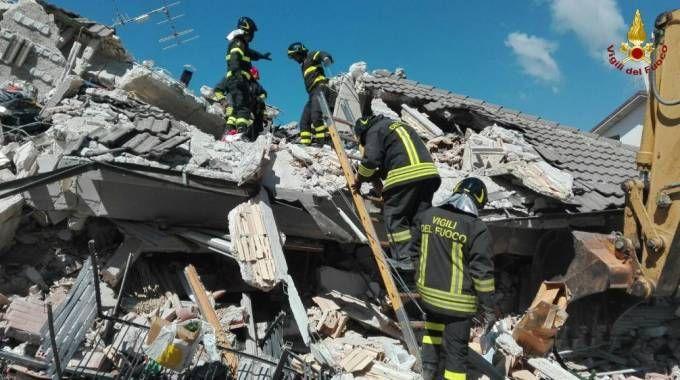 Terremoto Amatrice, i vigili del fuoco al lavoro (Ansa)