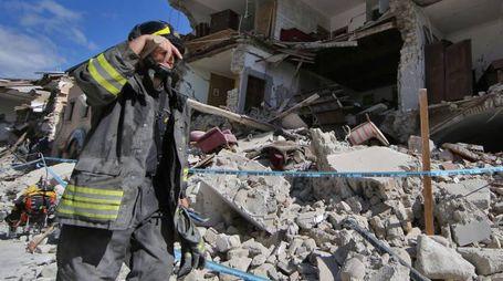 Stanchezza e disperazione sui volti dei soccorritori (Lapresse)