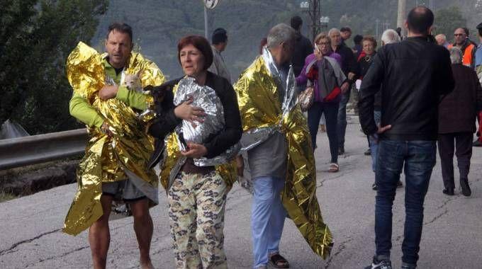 Terremoto nelle Marche, la disperazione della gente (foto LaBolognese)