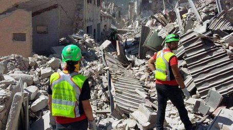 Una delle immagini strazianti del terremoto (Ansa)