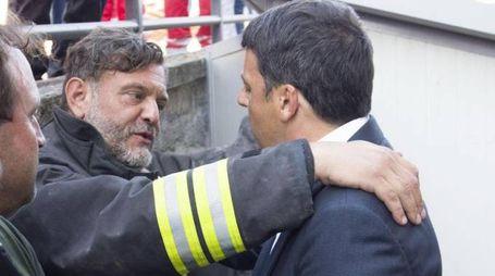 Matteo Renzi incontra i soccorritori di Amatrice (Ansa)