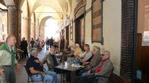 Clienti del Bar Bacchilega sotto il portico del Municipio (foto Isolapress)