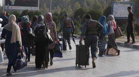 Gli studenti lasciano l'American University di Kabul dopo l'attacco (Ansa)