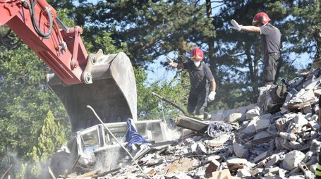 Vigili del fuoco al lavoro tra le macerie di Amatrice (Ansa)