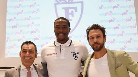 Fortitudo, il nuovo centro Justin Knox con Matteo Naldi e Davide Lamma (Foto Schicchi)