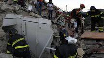 Terremoto, vigili del fuoco al lavoro a Pescara del Tronto (foto Afp)