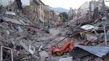 DISTRUZIONE Paesi come Arquata, Amatrice e Pescara del Tronto sono ridotti a un cumulo di macerie