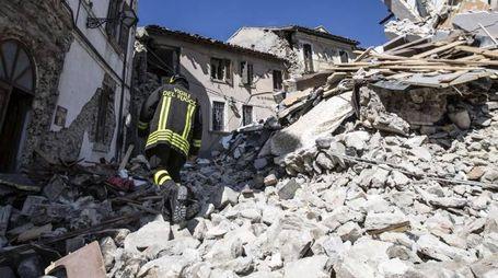 Terremoto, i vigili del fuoco al lavoro ad Arquata (Ansa)
