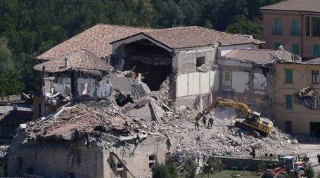 Terremoto, case distrutte ad Amatrice. Preso il primo sciacallo (Afp)