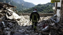 Terremoto, vigili del fuoco al lavoro fra le macerie di Arquata (Ansa)