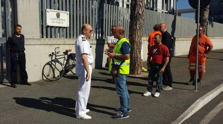 I portuali davanti alla Capitaneria a colloquio con il capitano Marco Landi