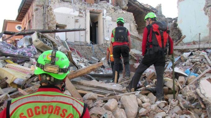 Terremoto, si cercano i dispersi (Ansa)