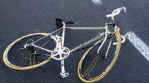 La bicicletta dopo l'urto con la macchina
