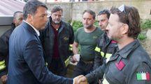 Renzi con i vigili del fuoco (Imagoeconomica)