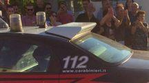La gente applaude le forze dell'ordine per l'operazione (foto Pierucci)