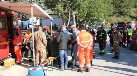 Terremoto, volontari e protezione civile al lavoro (Foto Labolognese)