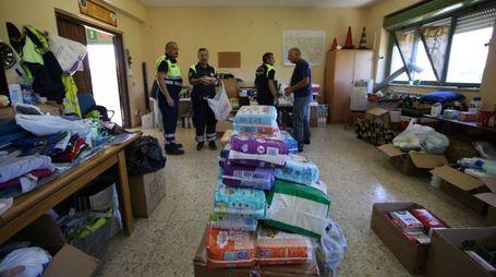 Terremoto, raccolta di beni di prima necessità da parte della Protezione Civile (Lapresse)