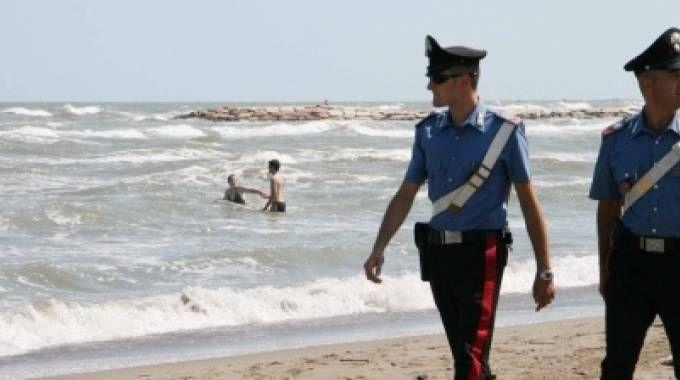 I carabinieri di Lerici hanno denunciato un anziano:  è accusato di aver adescato  una minorenne offrendole caramelle e facendole avances a sfondo sessuale