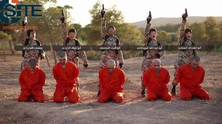 Il video dell'Isis con bambini stranieri che giustiziano prigionieri (Ansa)