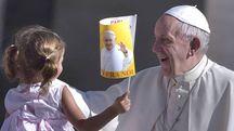 Papa Francesco saluta una bambina (Olycom)