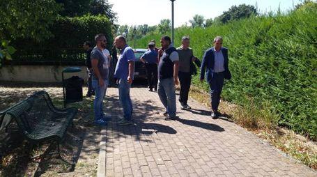 Gli inquirenti sul luogo dell'aggressione (foto Mignardi)