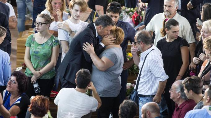 Terremoto, Matteo Renzi ad Ascoli per i funerali delle vittime (Foto Ansa)