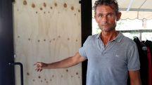 Fabio Cortini mostra la porta distrutta dai ladri e riparata, per ora, con un pannello di legno