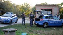 I poliziotti della squadra volante della questura di Macerata nella casa di contrada Rotacupa (Calavita)