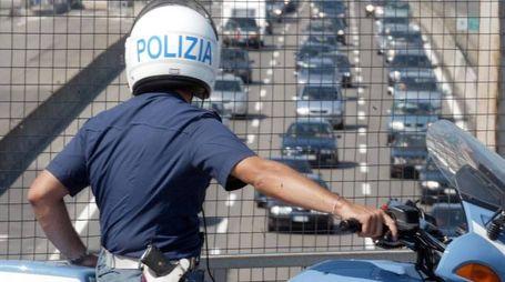 Controlli di polizia sulle strade del controesodo (Ansa)