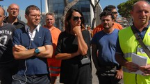 I lavoratori davanti alla capitaneria in attesa di notizie dopo il blitz sui moli