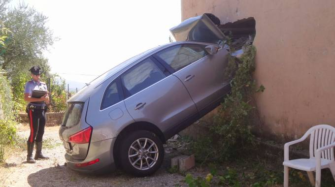 L'auto nel muro