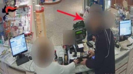 Rapine in farmacia (Frame video telecamere di sorveglianza)