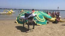 La tragedia è avvenuta sulla spiaggia nel pomeriggio poco prima delle 17