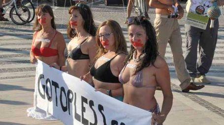 Riccione, la manifestazione 'Go Topless' (Fotoriccione)