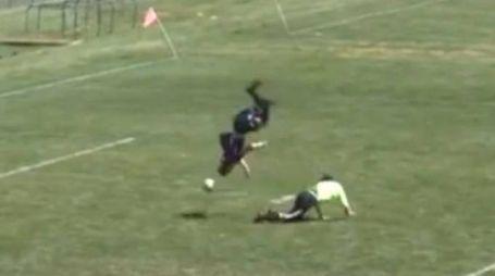 Dylan Prichett-Ettner evita il portiere con un salto mortale (da youtube)