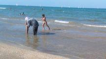 La donna con il velo in spiaggia