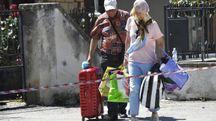 Abitanti di Amatrice recuperano oggetti personali dalle case danneggiate (Afp)